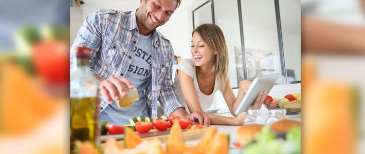 Mann und Frau bereiten in der Küche Essen zu