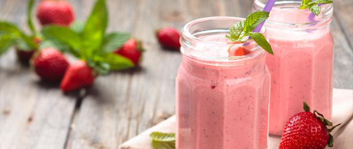 frischer Erdbeer-Smoothie mit Minze