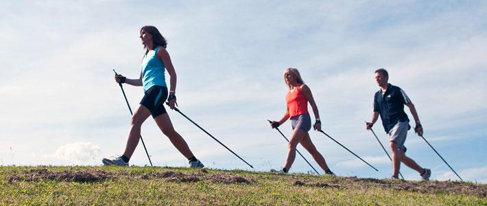 Drei Personen beim Laufen mit Walkingstöcken