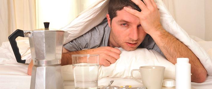 Kopfschmerzen, Übelkeit nach dem Feiern. Wasser und Tabletten zur Bekämpfung des Katers.
