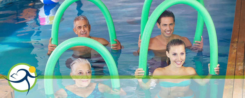 Menschen verschiedener Generationen beim Schwimmen