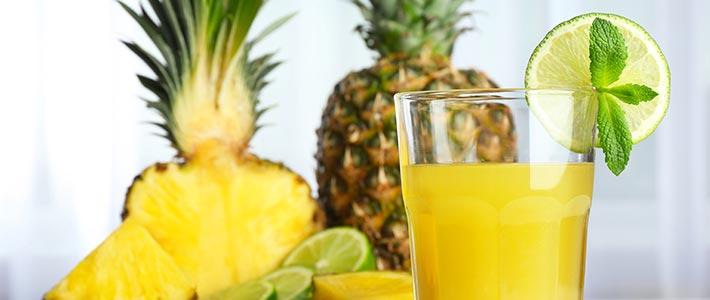 Ananas und Saft mit Limette